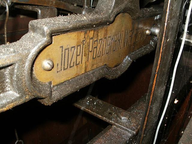 Końskie, zegar firmy J. Pazderski z Warszawy, z 1913 roku - tabliczka producenta. Fot. Paweł Kałwiński.