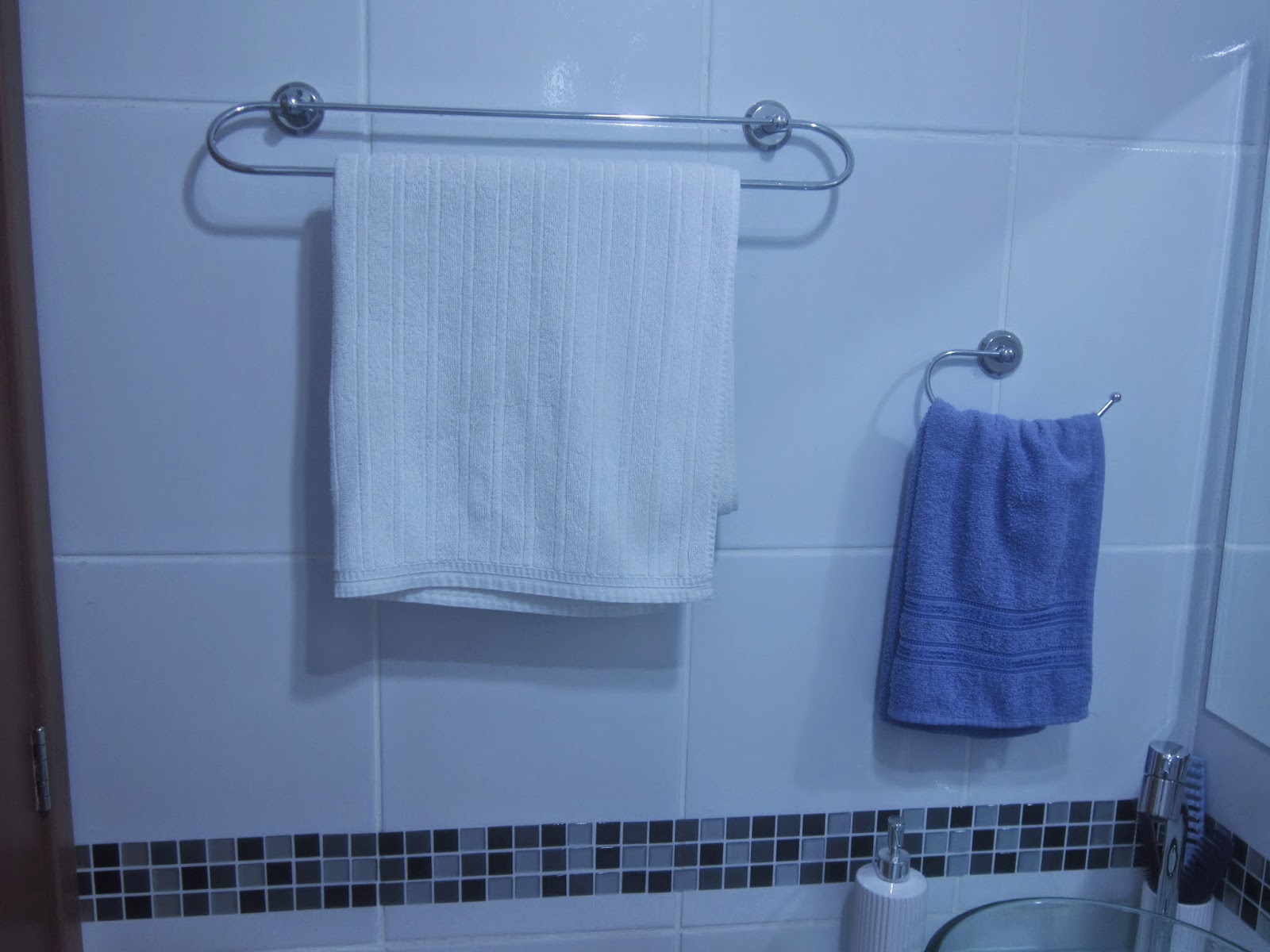 Cafofo Sonhado: Decorando banheiros pequenos: 2 banheiros 2m² cada  #395892 1600x1200 Banheiro Com Luz Azul