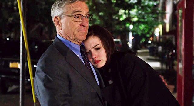 Anne Hathaway é chefe de Robert De Niro no primeiro trailer de Um Senhor Estagiário
