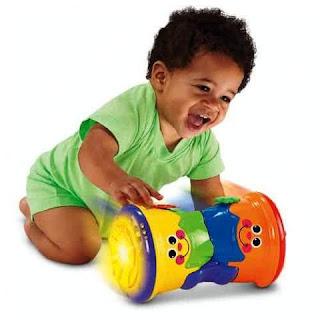 Eksresi Lucu Bayi Laki-Laki Saat Mengejar Mainannya