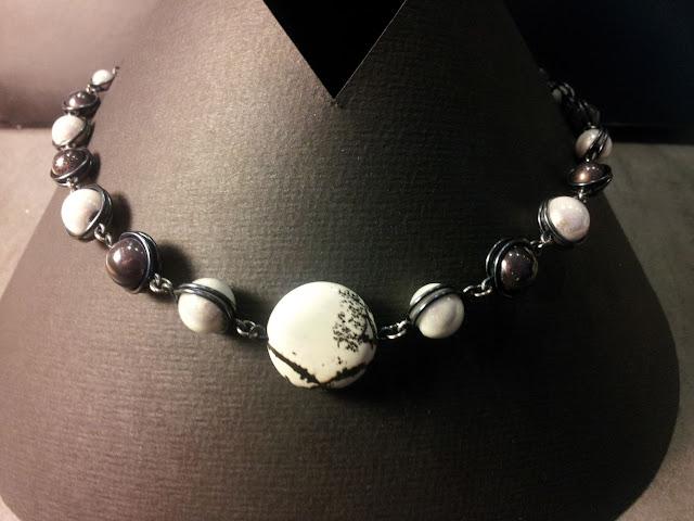 http://www.alittlemarket.com/collier/fr_collier_pliperle_amoroso_perles_miracle_noir_et_blanc_et_pendentif_pierre_de_gemme_-16744504.html