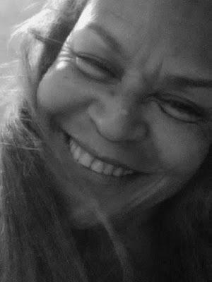 http://perfumeedesejo.blogspot.com/2015/06/desabrochar.html Se um dia me senti impotente por alguma situação... O CORPO que foi dolorido voa coma leveza da liberdade. O DESEJO de enxergar... Respirar... Falar... Sorrir... Só veio mostrar-me; quão fui e sou forte... Na verdade! Não perdi a vontade de nada! Sempre pude tudo!   O nada e o medo só existiram no passado e na estrada escura.    *Prosa Poética -  (frase)  nº. 79. (Desabrochar)*  Por Rica Almada Direitos Autorais protegidos pela Lei 9.610 de 19/02/98