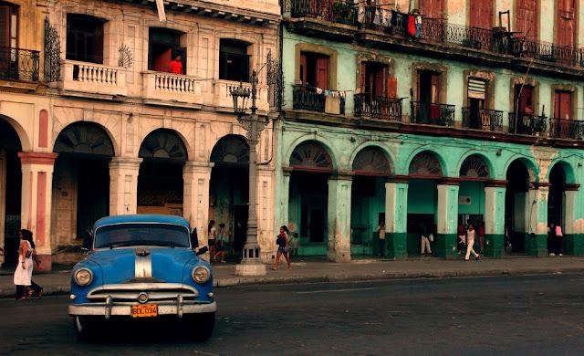 Havana - No centro da capital cubana reina a pobreza comunista, os prédios estão caindo aos pedaços, os automóveis mais modernos são da década de 50.