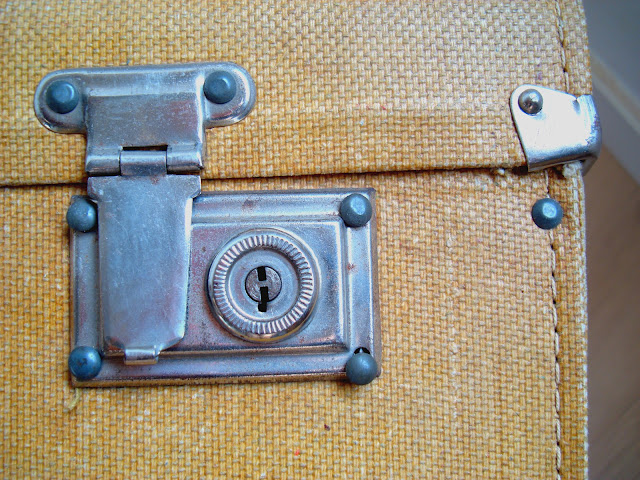 maleta vintage con cerraduras y cantoneras metalicas