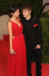 selena sexy en vestido rojo y justin bieber en traje