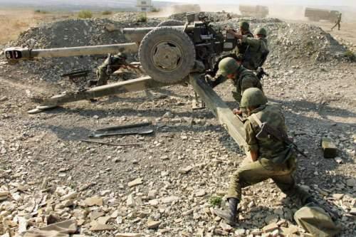 mengatur posisi tembak Howitzer