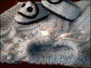 Casaquinho de bebê em tricô azul com ponto andaluz duplo.