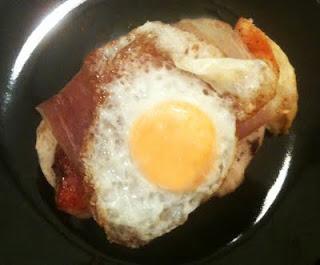 Montadito de jamon serrano con pollo y huevo de codorniz