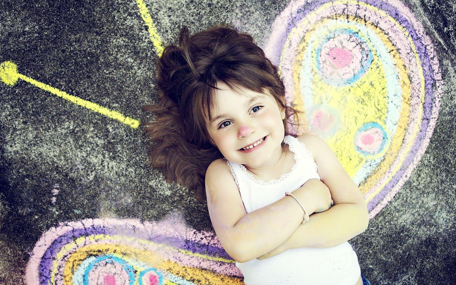 Усмихнато момиченце с нарисувани крила от пеперуда, HD Wallpaper