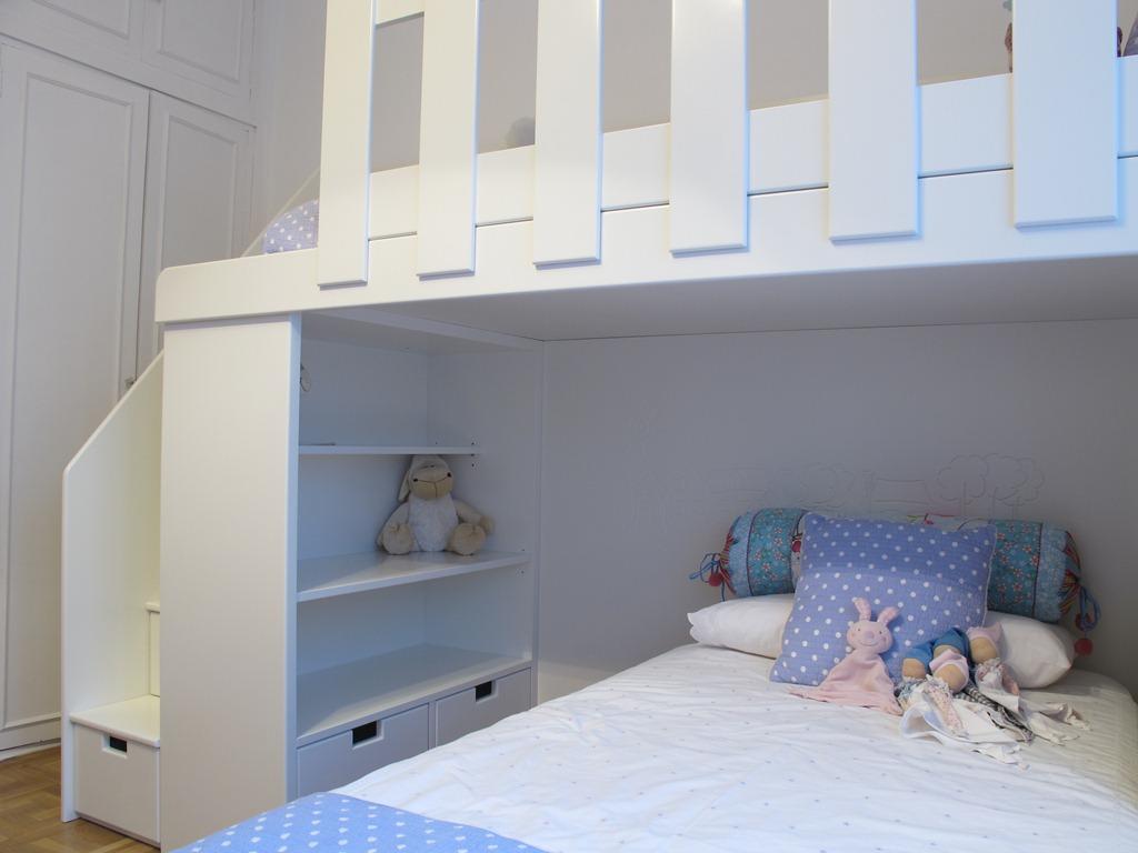 Cama para decorar y aprovechar el espacio en una ...