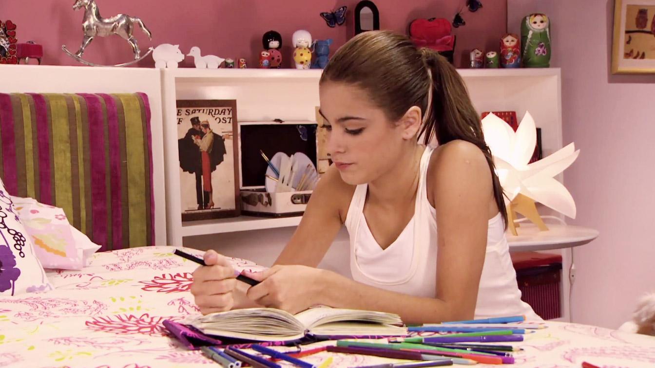 Violetta sięgnęła po pamiętnik i zaczęła pisać. Przeszła przez
