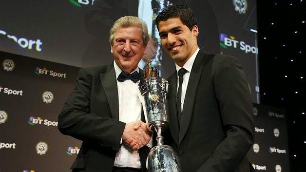 Suarez menerima trofi PFA Awards 2014 source: http://www.thepfa.com