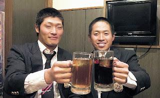 大谷の高校時代のチームメート、佐々木さん(左)と千葉さんが勝利を祝いソフトドリンクで乾杯