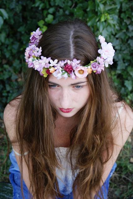 wianek ze sztucznych kwiatów