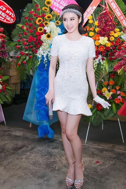 Angela Phương Trinh tạo dáng với bộ đầm ren ôm, phong cách cổ điển. Người đẹp kết hợp vòng đội đầu đính đá và găng tay cùng tông màu bạc.