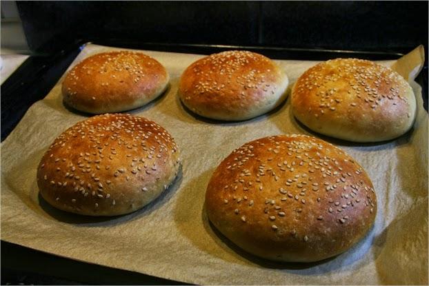 Hamburgerbrötchen, Buns - fertig gebacken auf dem Backblech