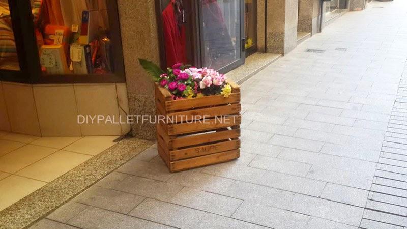 las cajas de fruta son ideales como jardineras tienen ya la forma perfecta para colocar en su interior una planta sin necesidad de tenerlas que adaptar