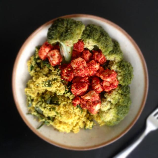 Gemarineerde quornblokjes met boerenkool, broccoli en gierst