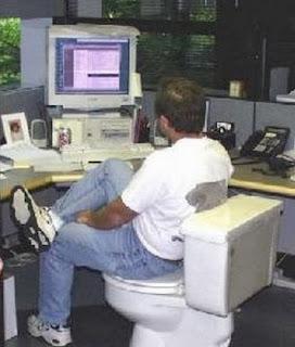 smešna slika: čovek sedi na toalet šolji iza PC računara