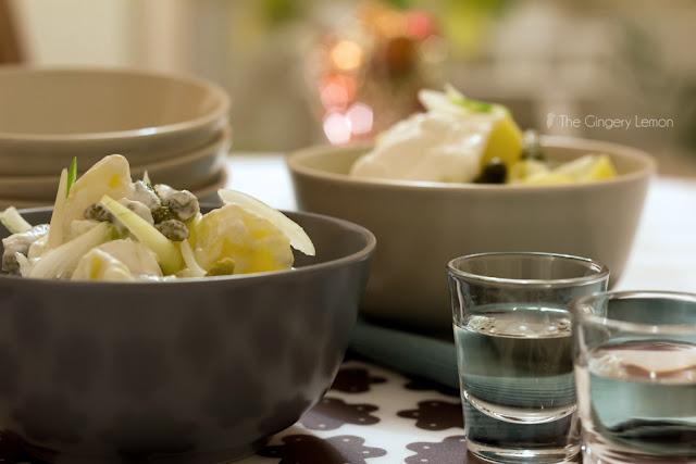 Картофена салата с квасена сметана и кисели краставички
