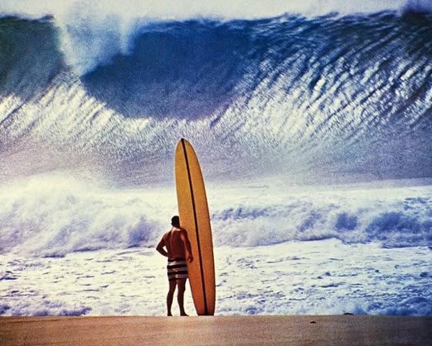 Greg Noll di tepi pantai Pipeline in Hawaii, 1964. memandangi ombak besar All photographs John Severson Puka Damiani