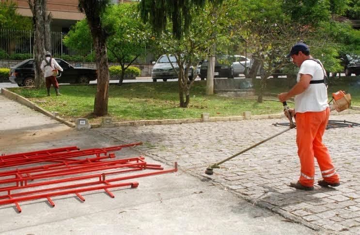 Roçada e varrição na Praça Higino da Silveira, no Alto