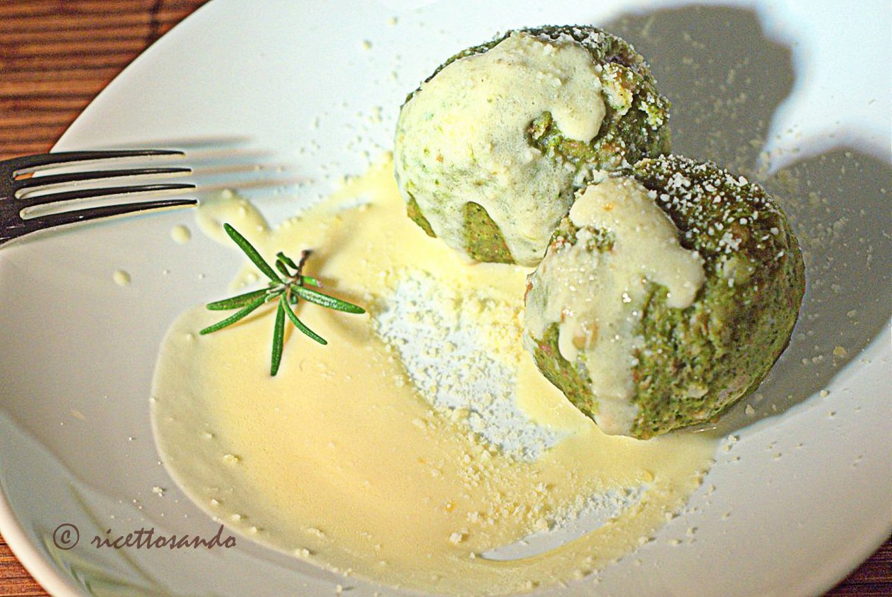 Canederli agli spinaci su crema di parmigiano ricetta vegetariana primi della cucina povera