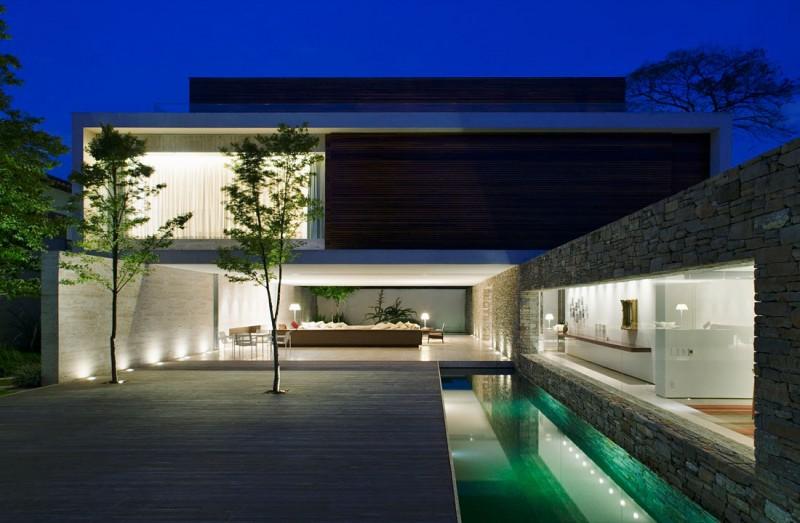 casa moderna construida con materiales rsticos como la madera y la piedra