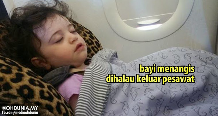 Bayi menangis diarahkan keluar dari pesawat bersama ibu bapanya