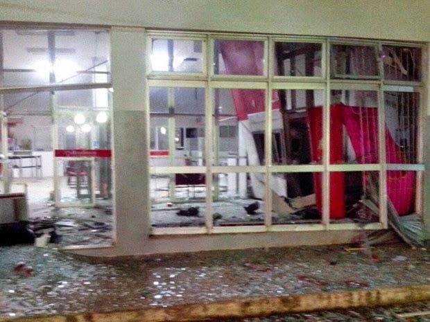 Cerca de dez pessoas participaram de assalta a agência de São Gonçalo dos Campos (Foto: Sandro Araújo / site São Gonçalo Agora)