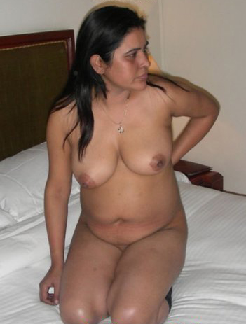 Matured Desi Milf Aunty Sudha Showing Big Boobs N Posing Nude On Bed