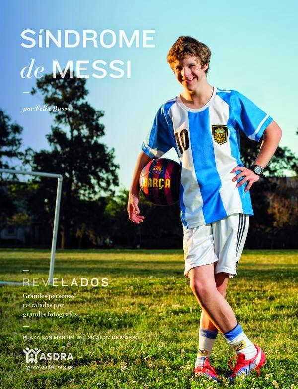 Adolescente con síndrome de down, vestido con equipo de la selección de Fútbol.  En sobre impreso el título de la foto y datos de la campaña.