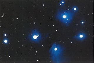 Возраст звездного скопления Плеяд, видимого невооруженным глазом. - около 60 млн. лет. Голубой цвет входящих в него звезд говорит об их молодости и высокой плотности.