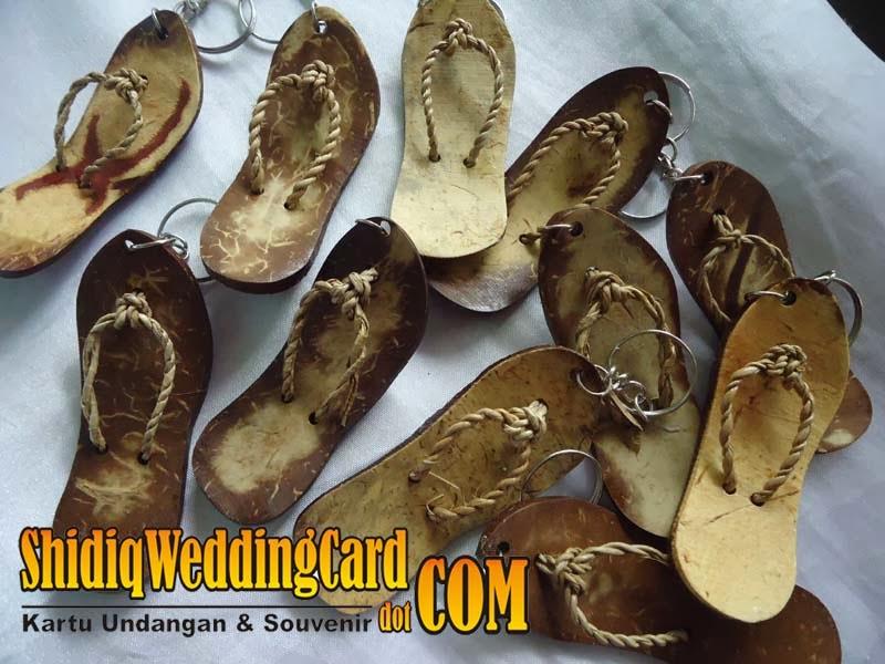 http://www.shidiqweddingcard.com/2014/02/souvenir-gantungan-kunci-sandal-batok.html