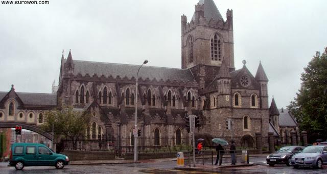 Catedral de la Santísima Trinidad de Dublín un día de lluvia