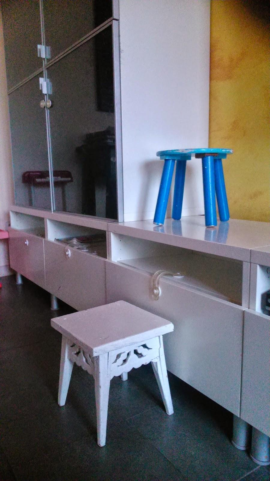 Niños trepan por muebles