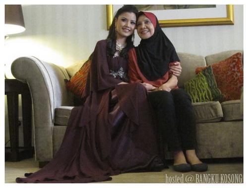 Sweetnya Lisa Surihani Disamping Ibunya