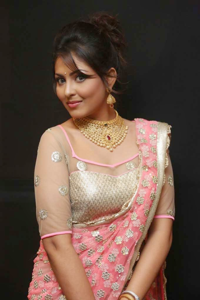 Madhu Shalini Showcasing Uncut Diamond Choker