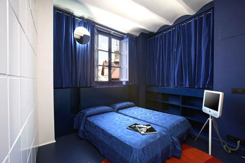 Decoracion actual de moda paredes azul marino for La casa azul decoracion