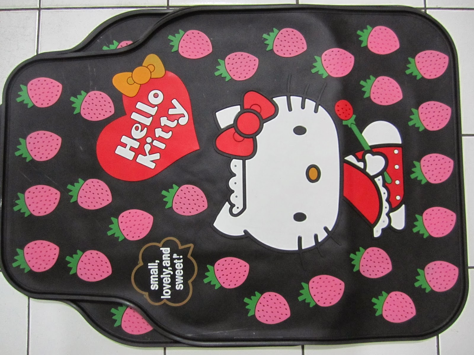 karpet+hello+kitty+strawberry.JPG