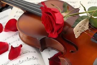 Músicas antigas românticas: Rosa sobre violino e notas musicais