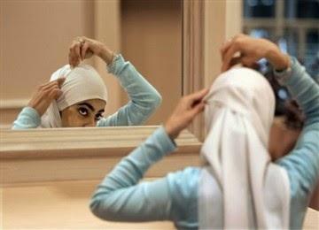 wanita bercermin