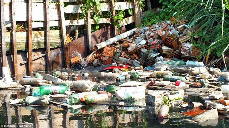 Muitas habitações não possuem coleta de esgoto e despejam seus efluentes diretamente no estuário
