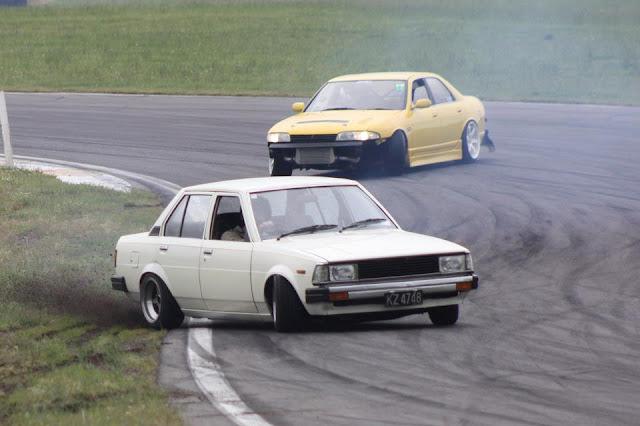 Nissan Skyline R33 & Toyota Corolla E70, japońskie samochody do driftingu, jazda bokiem, kultowe, pasja, sedan, 4-drzwiowe, sportowe
