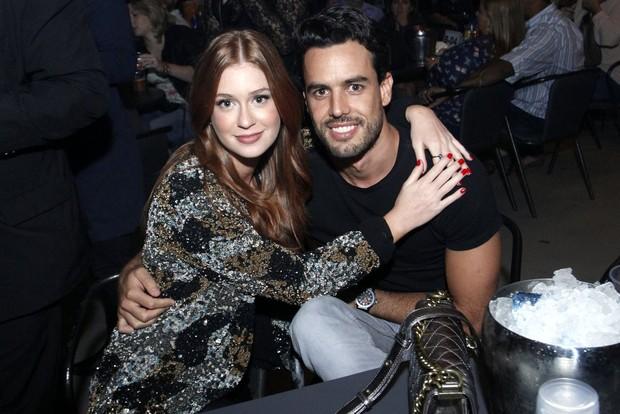 Marina Ruy Barbosa curte show de Paula Fernandes com o namorado