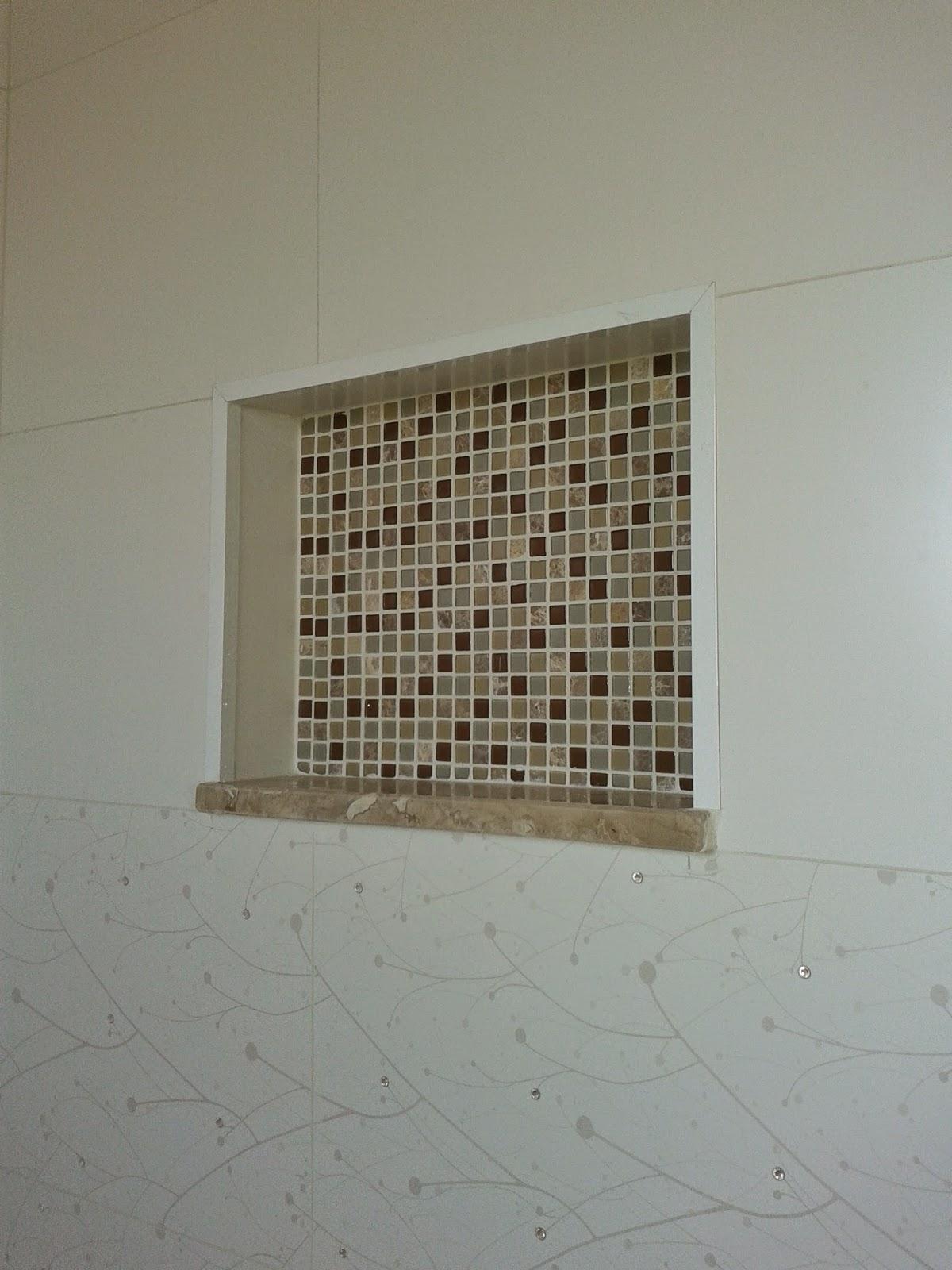 Cada vez mais aplicados nas construções de banheiros os nichos para  #3E3020 1200x1600 Azulejo Banheiro Dimensões