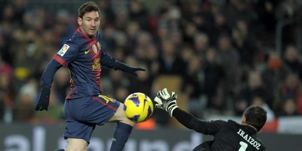 Striker Barcelona, Lionel Messi, menaklukkan kiper Athletic Bilbao, Gorka Iraizoz, untuk mencetak gol di Camp Nou, Sabtu atau Minggu (2/12/2012) dini hari WIB