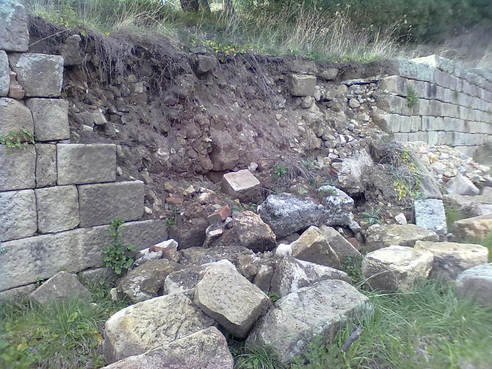 La tv di gwendalina scavi di elea velia crolla il muro for Greca adesiva per muro