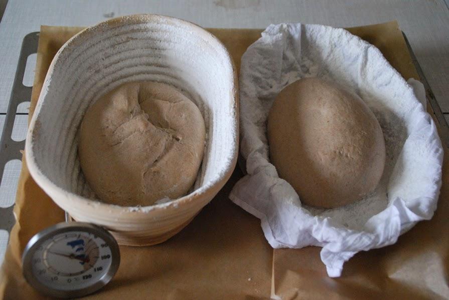 Gärkörbchen und eine flache Form mit Tuch ausgelegt