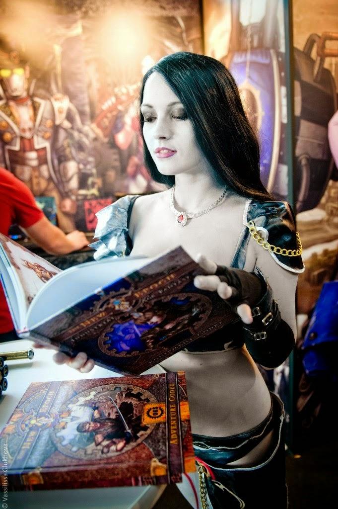 jeune femme sexy feuilletant un livre lors d'une convention